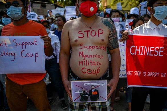 Vì sao dân Myanmar cởi trần, mặc bikini biểu tình trước Đại sứ quán Trung Quốc? - Ảnh 1.