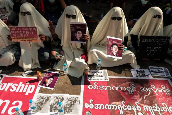Vì sao dân Myanmar cởi trần, mặc bikini biểu tình trước Đại sứ quán Trung Quốc? - Ảnh 2.