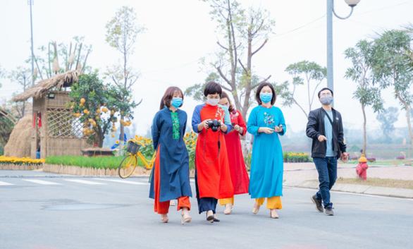 Tà áo dài Việt phấp phới tại đường hoa Home Hanoi Xuan - Ảnh 2.
