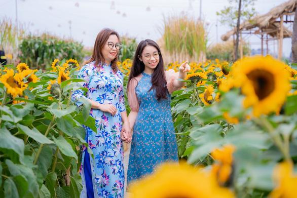 Tà áo dài Việt phấp phới tại đường hoa Home Hanoi Xuan - Ảnh 1.