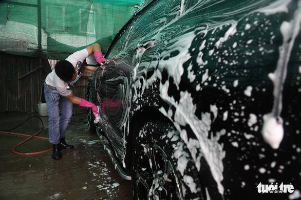 Sát Tết, nghề rửa xe tất bật mà rủng rỉnh - Ảnh 2.
