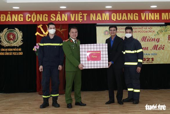 Trung ương Đoàn chúc Tết cán bộ, chiến sĩ phòng cháy chữa cháy - Ảnh 2.