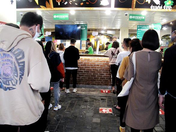 Chiều 30 Tết, người Hà Nội xếp hàng ăn kem, uống cà phê - Ảnh 1.