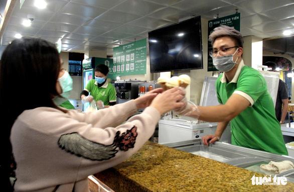 Chiều 30 Tết, người Hà Nội xếp hàng ăn kem, uống cà phê - Ảnh 2.
