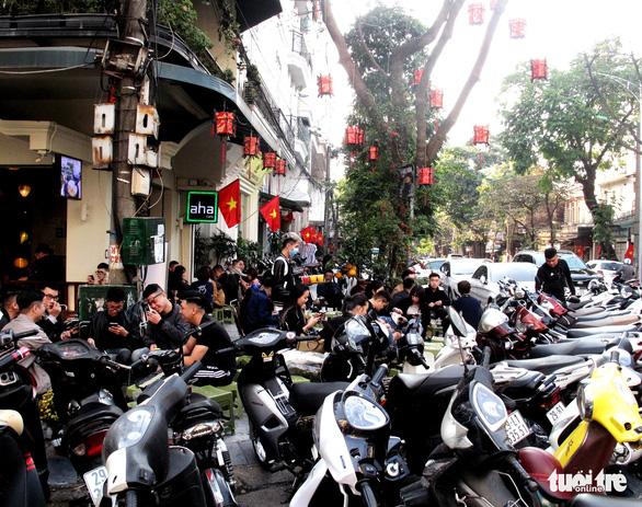 Chiều 30 Tết, người Hà Nội xếp hàng ăn kem, uống cà phê - Ảnh 3.