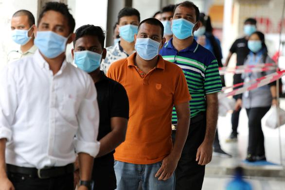 Malaysia hào phóng tiêm vắc xin COVID-19 miễn phí luôn người nước ngoài - Ảnh 1.