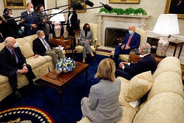 Ông Biden thúc giục nâng cấp cơ sở hạ tầng, lo Trung Quốc tranh phần - Ảnh 1.