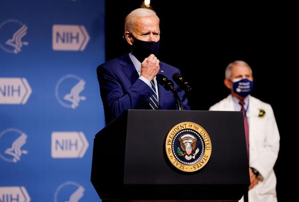 Ông Biden chỉ trích ông Trump không chuẩn bị tốt chương trình tiêm COVID-19 - Ảnh 1.