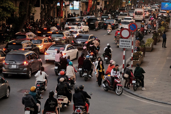 People go to the street to play spring, Hanoi is more congested than usual - Photo 2.