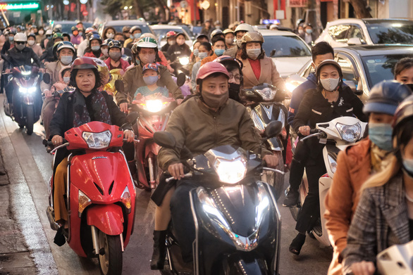 People go to the street to play spring, Hanoi is more congested than usual - Photo 4.