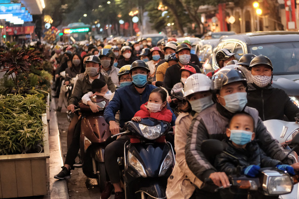 People go to the street to play spring, Hanoi is more congested than usual - Photo 1.