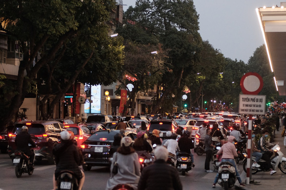 People go to the street to play spring, Hanoi is more congested than usual - Photo 5.