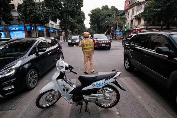 People go to the street to play spring, Hanoi is more congested than usual - Photo 6.