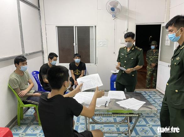 4 người từ Campuchia bơi qua sông Hậu, nhập cảnh trái phép lúc giao thừa - Ảnh 1.