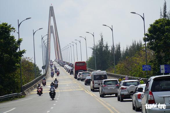 Cầu Rạch Miễu kẹt xe ngày mùng 2 Tết, phà tạm hoạt động hết công suất - Ảnh 1.