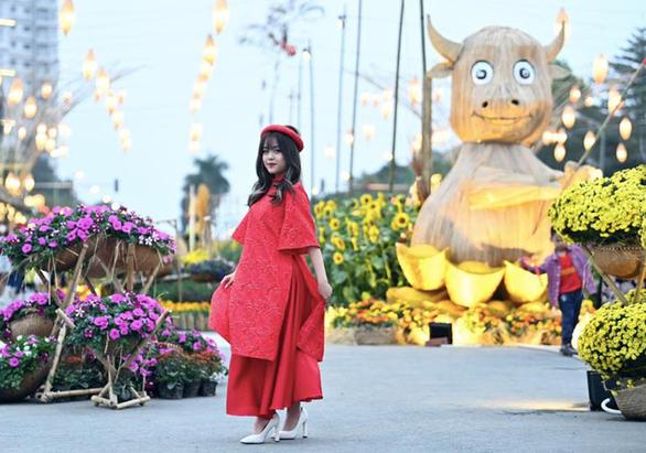Tà áo dài Việt phấp phới tại đường hoa Home Hanoi Xuan - Ảnh 3.