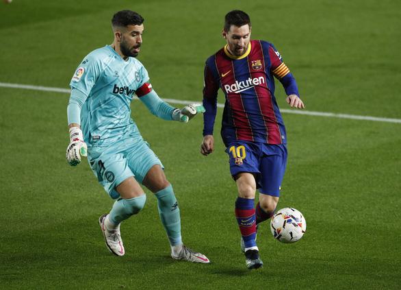 Hai lần sút xa ghi bàn đẹp mắt, Messi giúp Barca vùi dập Alaves - Ảnh 1.