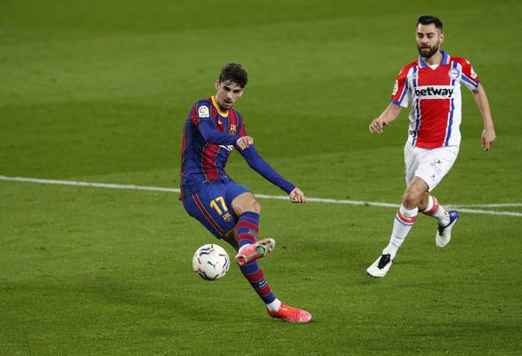 Hai lần sút xa ghi bàn đẹp mắt, Messi giúp Barca vùi dập Alaves - Ảnh 2.