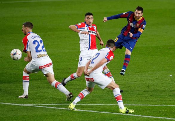 Hai lần sút xa ghi bàn đẹp mắt, Messi giúp Barca vùi dập Alaves - Ảnh 3.