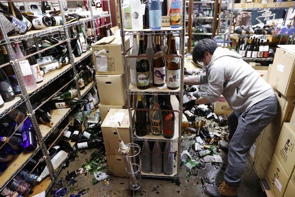 Động đất 7,3 độ Richter tại Nhật, đất đá phủ cả cao tốc, 1 triệu người chịu cảnh mất điện - Ảnh 1.