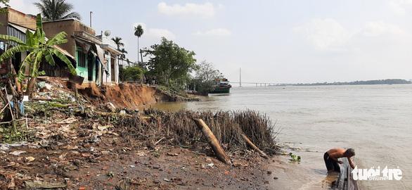 Phà quay đầu va đuôi vào bờ, 6 căn nhà lọt xuống sông trưa mùng 3 Tết - Ảnh 1.