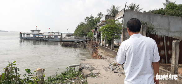 Phà quay đầu va đuôi vào bờ, 6 căn nhà lọt xuống sông trưa mùng 3 Tết - Ảnh 4.