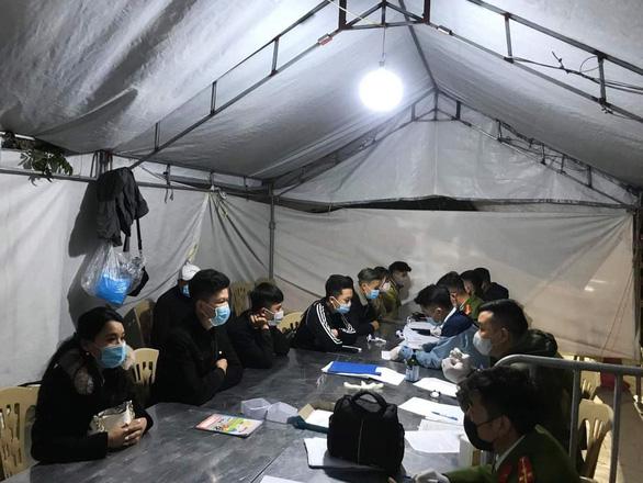 34 thanh niên phi xe máy thông chốt bất thành từ Hải Dương vào Hải Phòng - Ảnh 1.