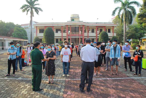 354 sinh viên ĐH Thủ Dầu Một được về nhà sau cái Tết trong khu cách ly - Ảnh 3.