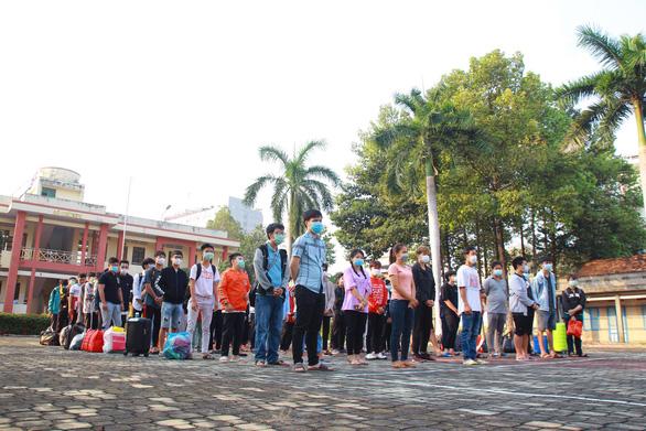 354 sinh viên ĐH Thủ Dầu Một được về nhà sau cái Tết trong khu cách ly - Ảnh 4.