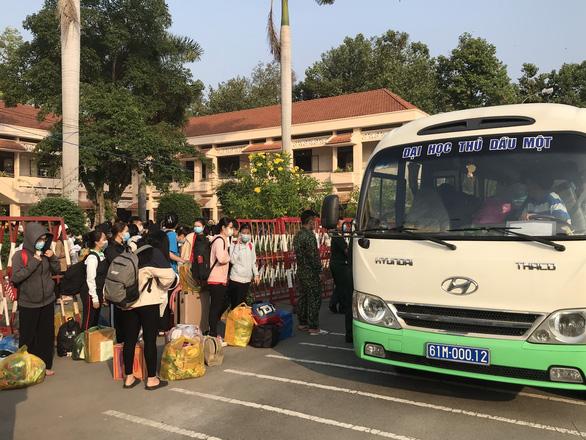 354 sinh viên ĐH Thủ Dầu Một được về nhà sau cái Tết trong khu cách ly - Ảnh 5.