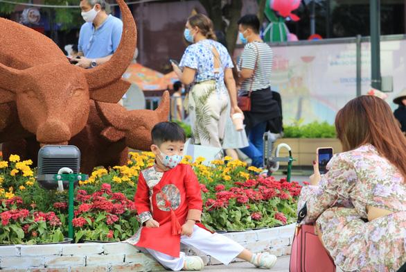 Kéo dài thời gian mở cửa đường hoa Nguyễn Huệ đến mùng 5 Tết - Ảnh 2.