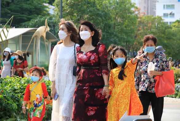 Kéo dài thời gian mở cửa đường hoa Nguyễn Huệ đến mùng 5 Tết - Ảnh 3.