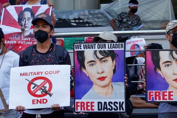 Lực lượng an ninh Myanmar nổ súng vào người biểu tình, bắt 5 nhà báo - Ảnh 1.