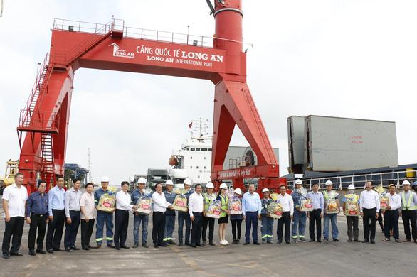 Phó thủ tướng, Bộ trưởng GTVT thăm Cảng quốc tế Long An ngày đầu năm - Ảnh 1.