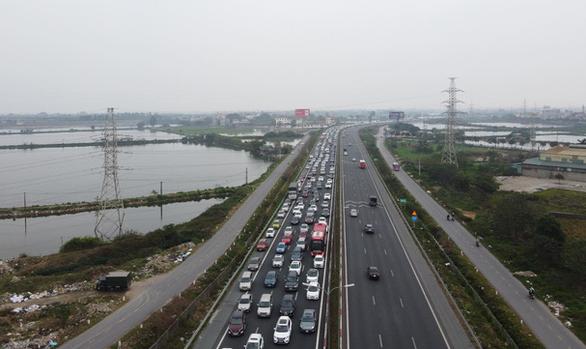 Hết Tết, ôtô ken đặc trên cao tốc Pháp Vân - Cầu Giẽ hướng về Hà Nội - Ảnh 3.