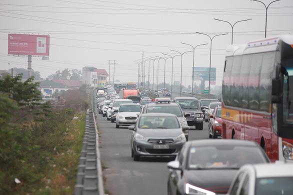 Hết Tết, ôtô ken đặc trên cao tốc Pháp Vân - Cầu Giẽ hướng về Hà Nội - Ảnh 4.