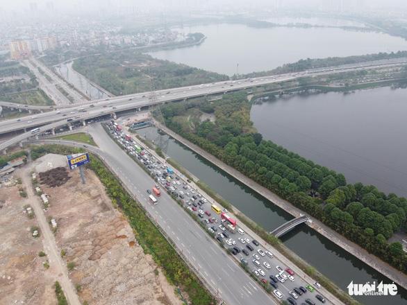 Hết Tết, ôtô ken đặc trên cao tốc Pháp Vân - Cầu Giẽ hướng về Hà Nội - Ảnh 5.