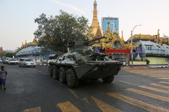 Quân đội Myanmar đưa xe bọc thép vào 3 thành phố cảnh cáo người biểu tình - Ảnh 1.