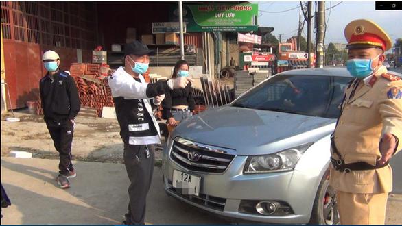 Tài xế không mang giấy tờ xe, không cho đo nồng độ cồn, còn livestream trên mạng - Ảnh 1.