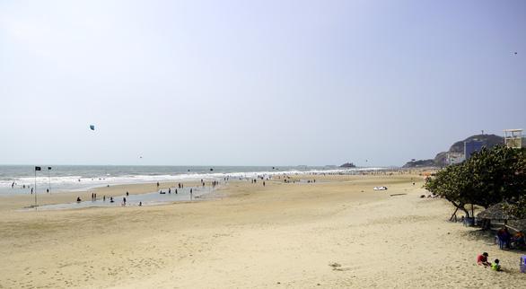 Bãi biển Vũng Tàu đông đúc ngày mùng 5 Tết - Ảnh 4.