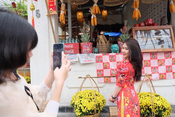 TP.HCM: Hàng quán hồi hộp mở cửa buôn bán đầu năm mới - Ảnh 1.