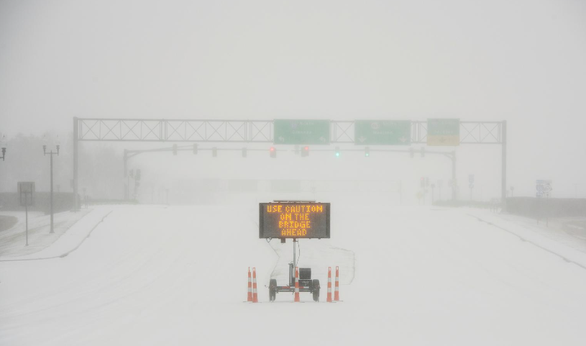 Sa mạc Texas bỗng thành Bắc Cực, 4 triệu người lạnh run vì mất điện - Ảnh 1.