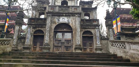 Xử lý hành chính người bất chấp lệnh cấm, dẫn khách vào chùa Hương - Ảnh 1.
