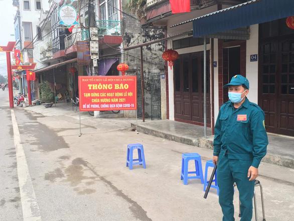 Xử lý hành chính người bất chấp lệnh cấm, dẫn khách vào chùa Hương - Ảnh 2.