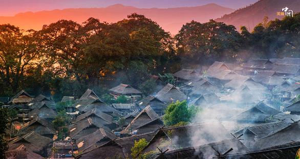 Bí ẩn: Ngôi làng 400 tuổi của bộ lạc nguyên thủy cuối cùng ở Trung Quốc bị cháy rụi - Ảnh 2.