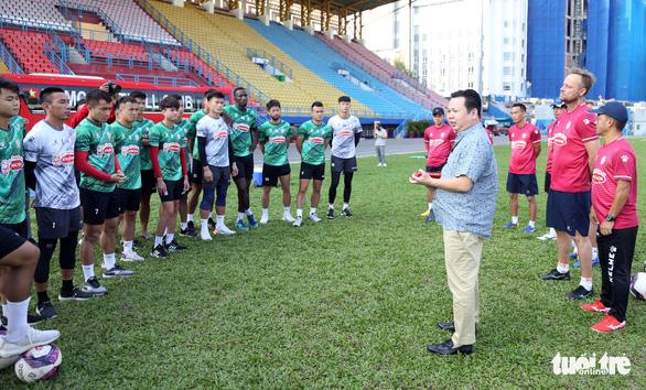 Sau lì xì đầu năm, Lee Nguyễn và các cầu thủ TP.HCM tập khai xuân gần 2 tiếng - Ảnh 1.