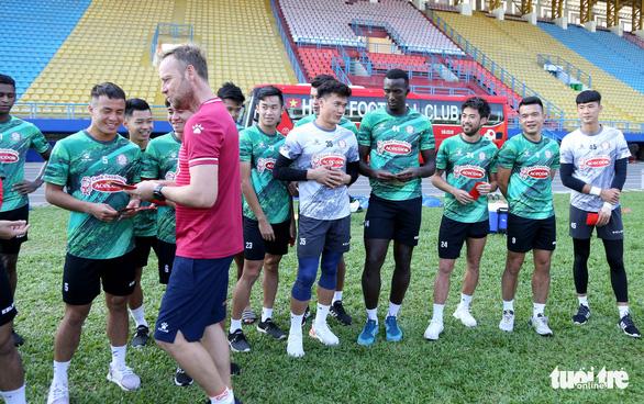 Sau lì xì đầu năm, Lee Nguyễn và các cầu thủ TP.HCM tập khai xuân gần 2 tiếng - Ảnh 2.