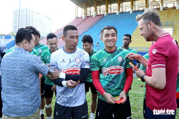 Sau lì xì đầu năm, Lee Nguyễn và các cầu thủ TP.HCM tập khai xuân gần 2 tiếng - Ảnh 3.