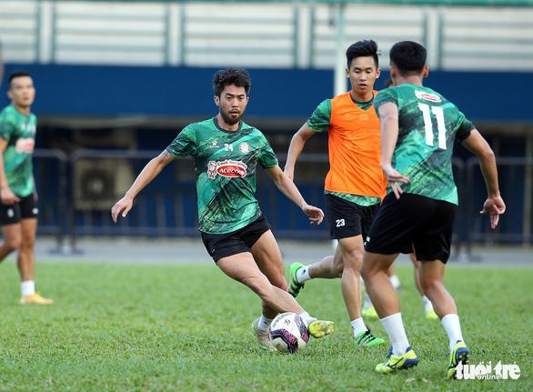 Sau lì xì đầu năm, Lee Nguyễn và các cầu thủ TP.HCM tập khai xuân gần 2 tiếng - Ảnh 9.