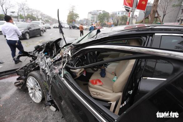 Ôtô lộn nhào, nát đầu sau khi đâm liên tiếp 4 xe khác chiều mùng 5 Tết - Ảnh 3.